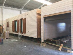 casa de madera y garaje